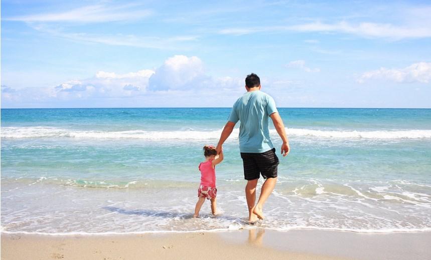 ojciec z dzieckiem na plaży